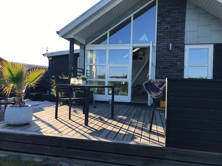Hyggeligt sommerhus med havkig og udebruser