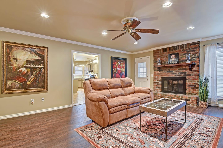 Spacious living room area, seats 4 comfortable