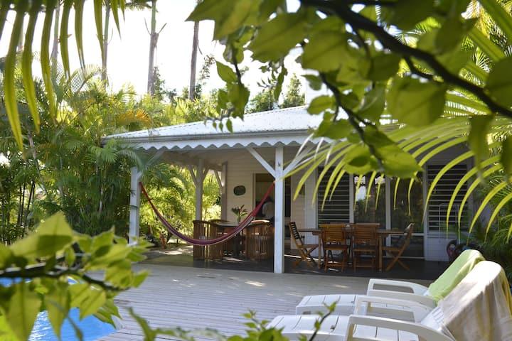 Maison d'inspiration créole au sein d'un jardin