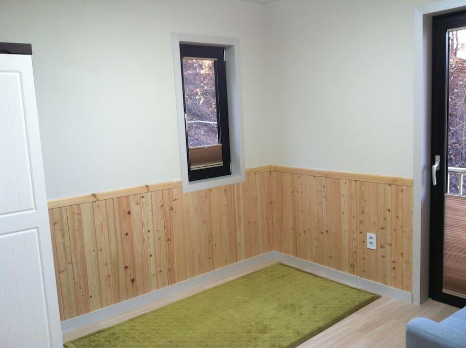 잣나무 방입니다. 벽이 편백나무와 규조토로 구성되어 있어서 아토피 치유에 도움이 됩니다.