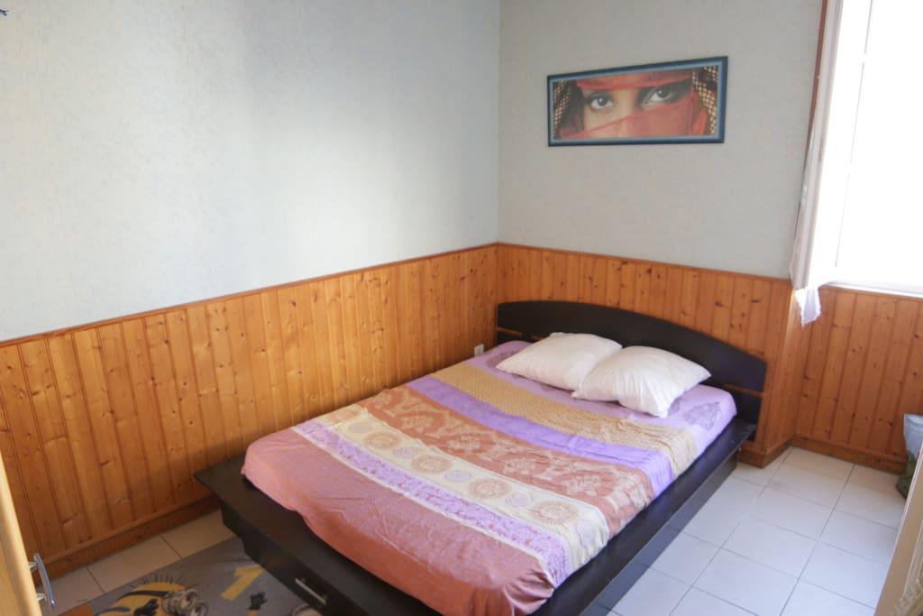 chambre avec un lit double et une armoire avec penderie