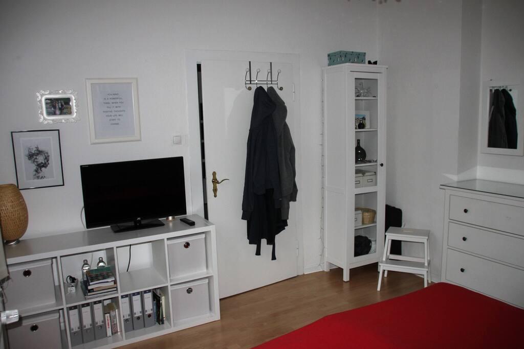 Kleiner TV und Stauraum