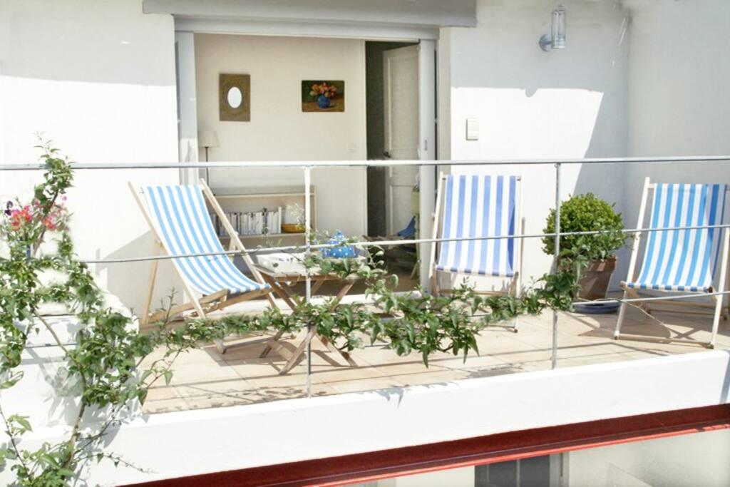 Terrasse -la végétation est entretemps devenue luxuriante-