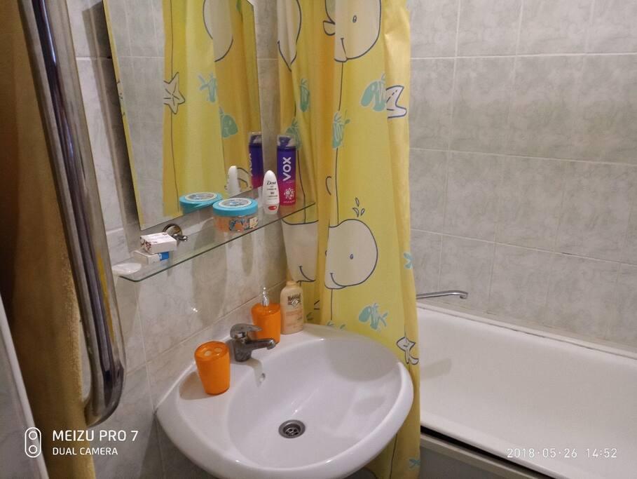 Мыло шампунь, туалетная бумага.