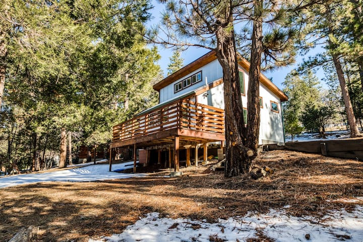 Peaceful home w/ stunning forest views, free WiFi, and wood burning stove!