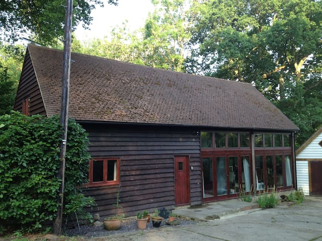 Barn B&B within enchanting Woodland - East Sussex - 家庭式旅館