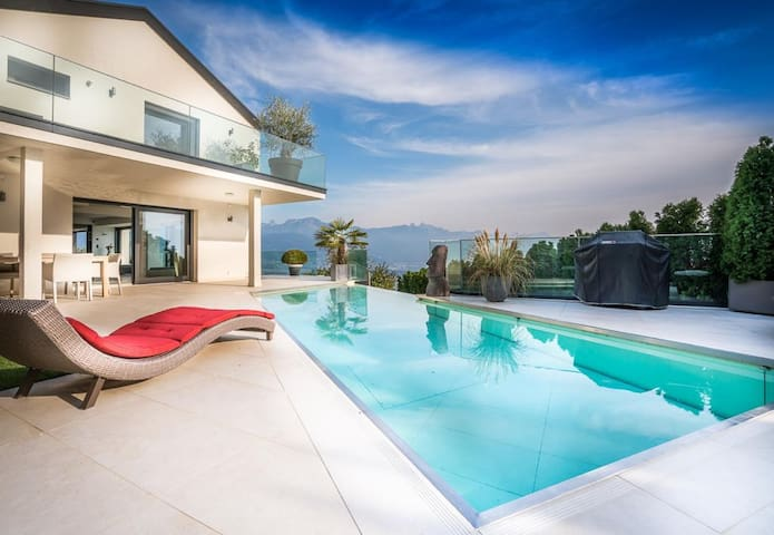 Panoramic Villa with pool in the Swiss Riviera