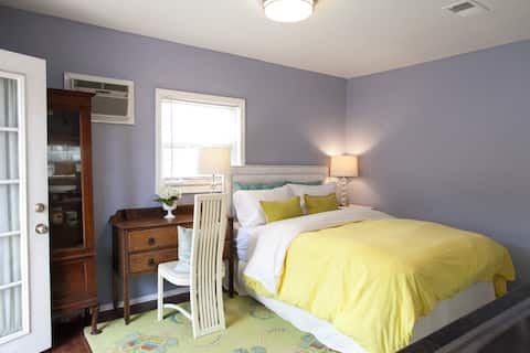 Charming colorful one bedroom private back house