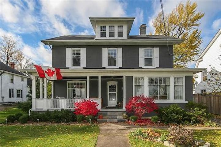 Chateau 535 On the NIAGARA RIVER, Canada - Fort Erie - House