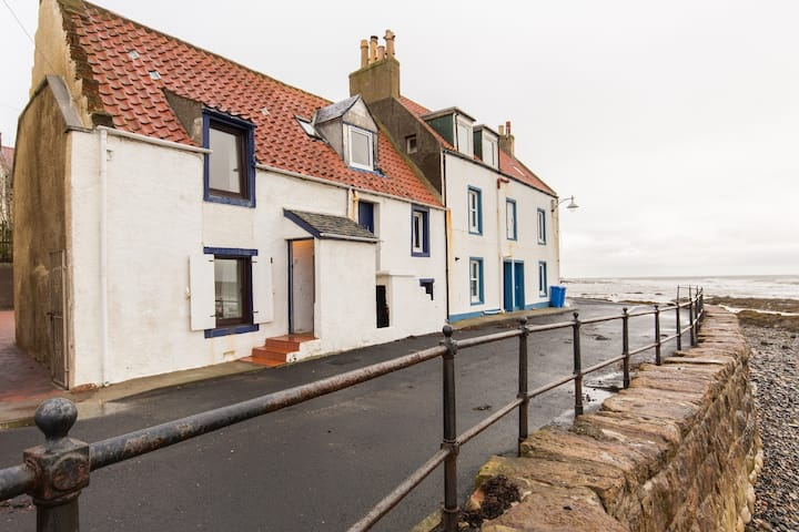 Traditional, cosy, seafront cottage