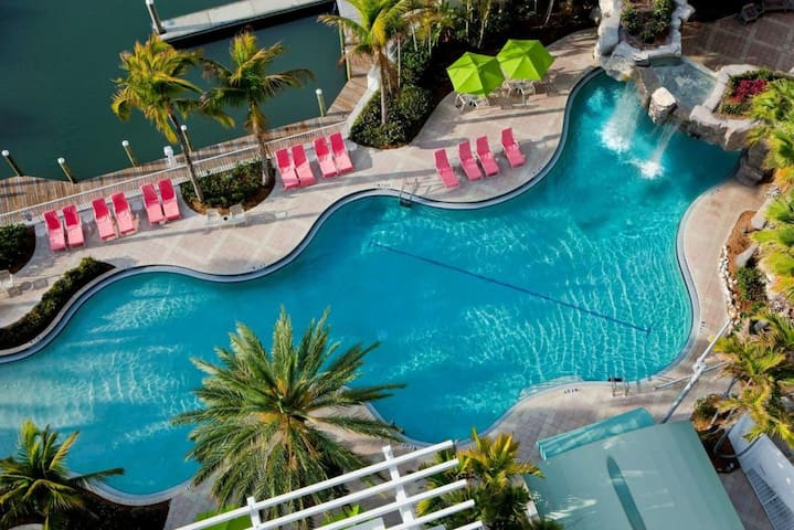 ULTIMATE GROUP VACAY! 4 ROOMS FOR 16, POOL & BAR!