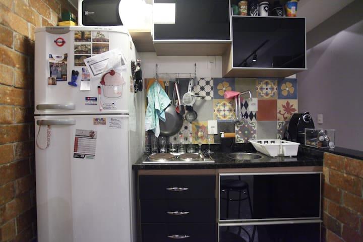 Cozinha equipada com geladeira e fogão elétrico
