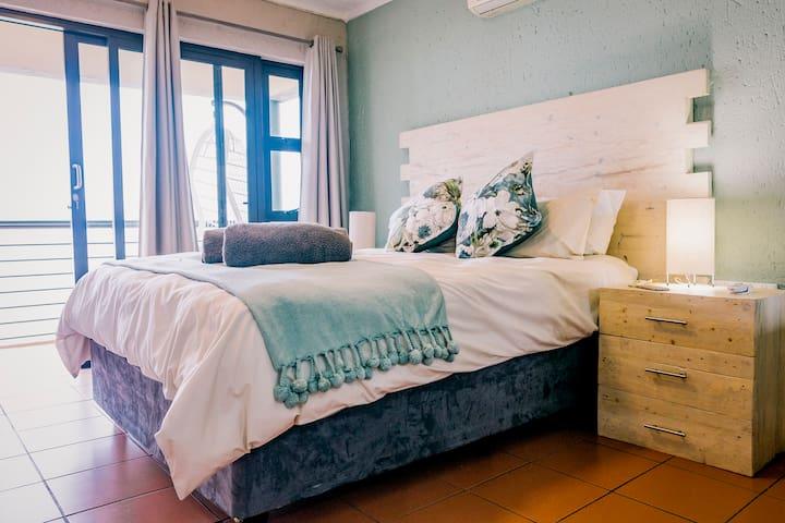 Main bedroom: en-suite queen size bed with private balcony overlooking Hartebeespoort Dam