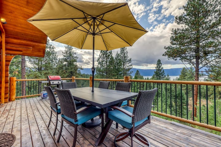 Secluded, lake view cabin w/ deck, firepit, & pool table