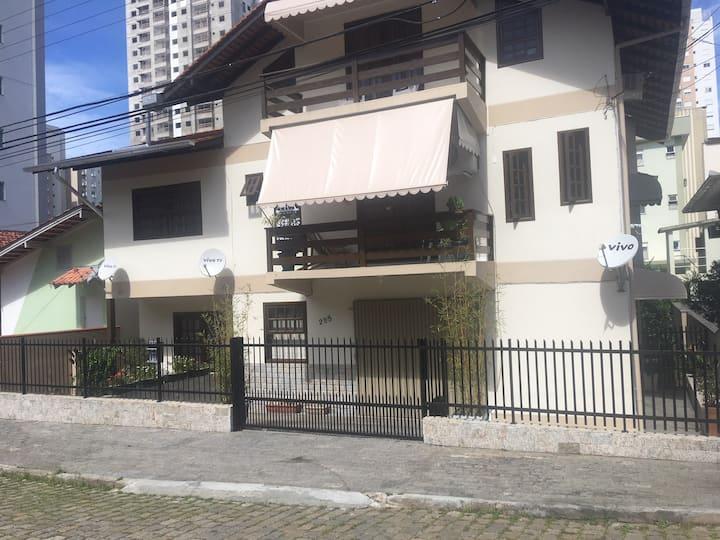 Apartamento SOL com garagem na porta e ar cond.