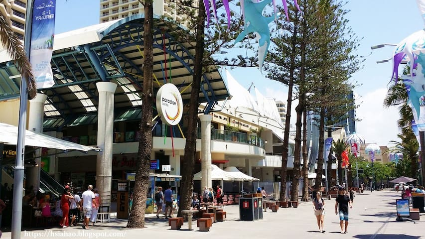 Surfers Paradise Lively neighborhoods downstairs 冲浪者天堂楼下热闹的街区