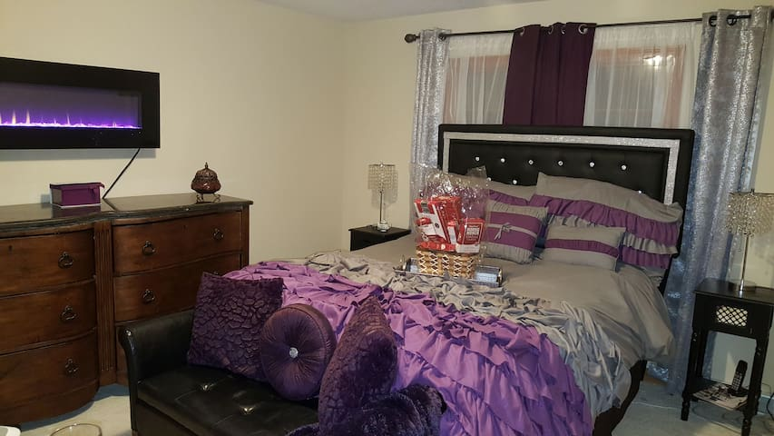 Private chic and cozy bedroom near UB (Purple room