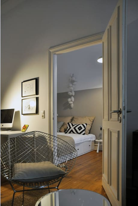 Blick ins Schlafzimmer / View into bedroom