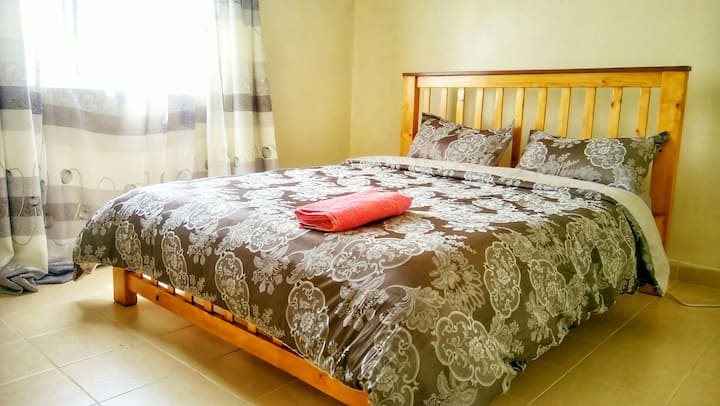 Secure Estate,  Hot Shower, 15 mins to Airport