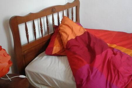 chambre cosy coeur historique - Huoneisto