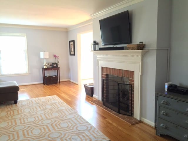 Spacious Living Room with flatscreen TV, Bluray DVD player, cable, Netflix