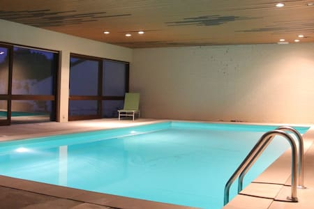 Au calme avec piscine intérieure - Ham-sur-Heure-Nalinnes - 別荘
