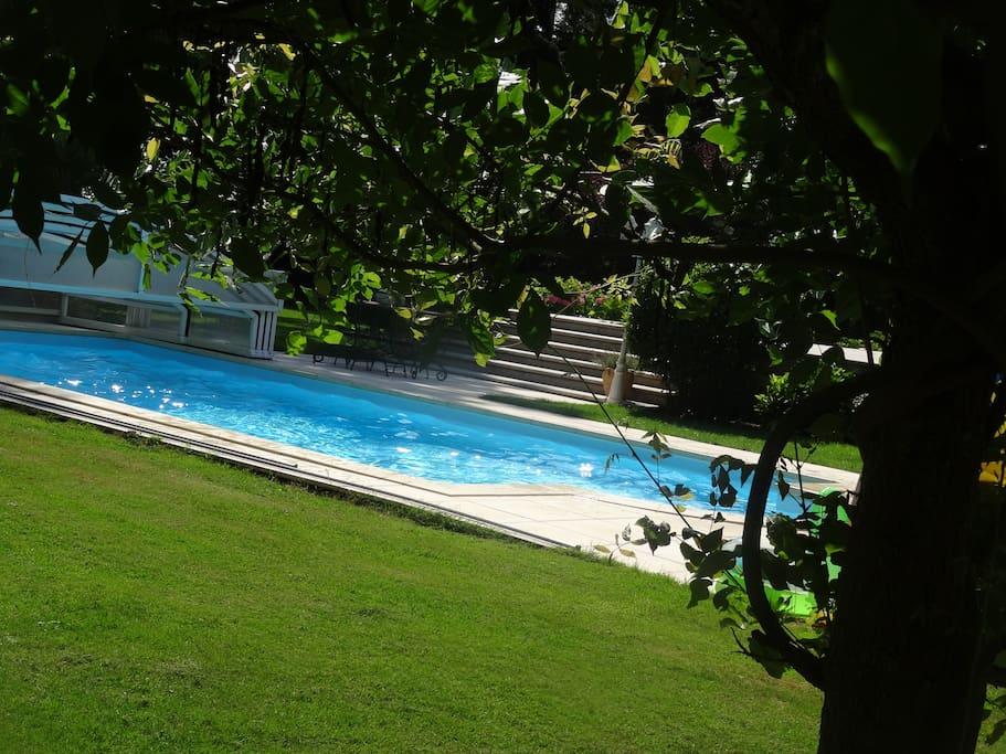 Villa avec piscine proche barbizon et paris bed and for Villa piscine france