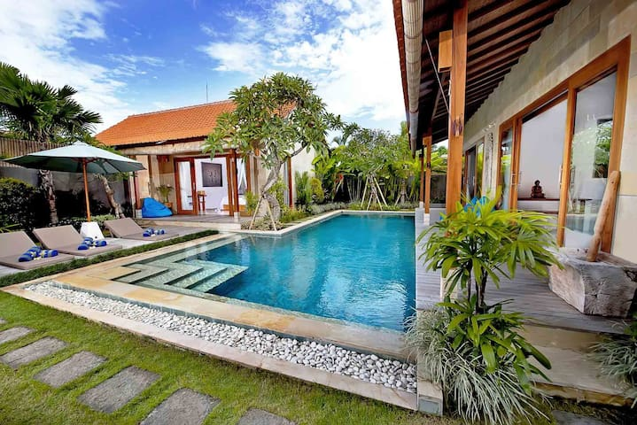 Chill villa with pool table next to the beach