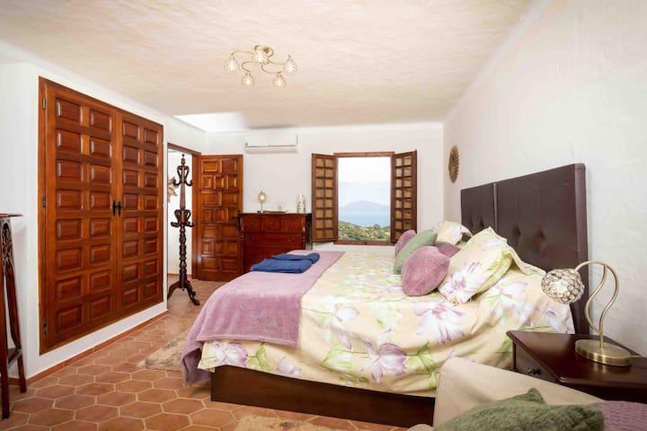 Left vista bedroom ...