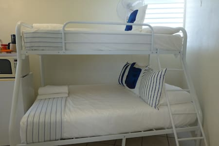 Very Tiny Hostel Room w/Bath,Priv Entr 1-3 persons - Samaná - โฮสเทล