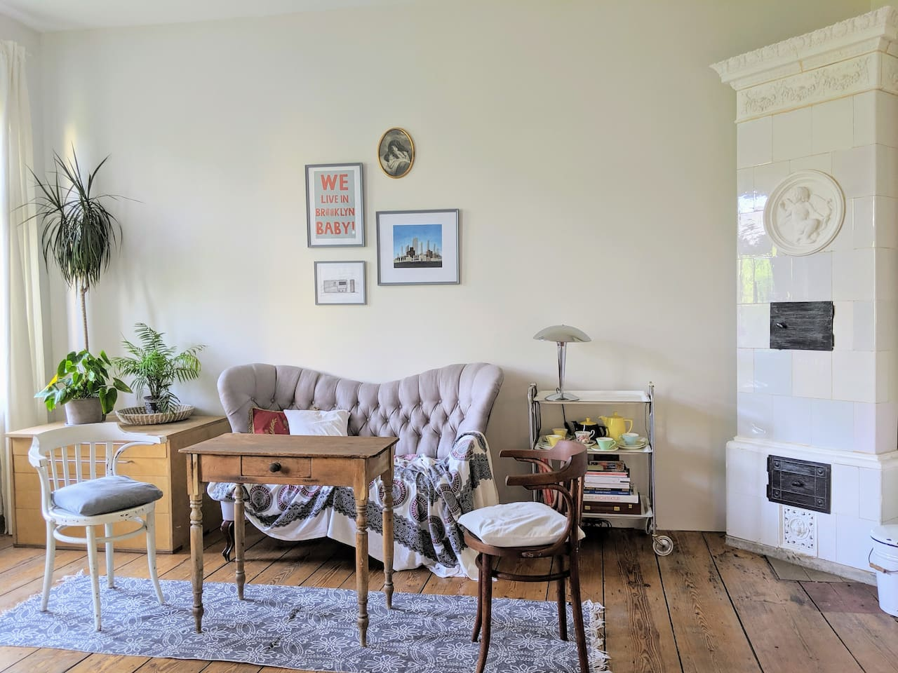 Cozy full apartment in the heart of Bergmannkiez, with an eat in kitchen, bedroom, living room and shower bathroom. Quiet and airy. Living room (pictured) features an old wood burning oven and eclectic style.
