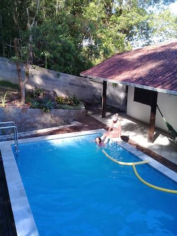 Casa com piscina tranquila e refrescante