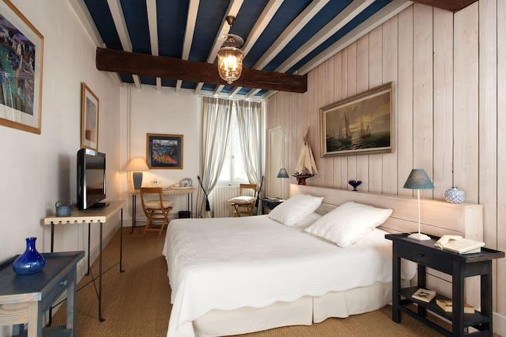 jolie chambre de 30 m2 au 1er etage - Laplume - Bed & Breakfast