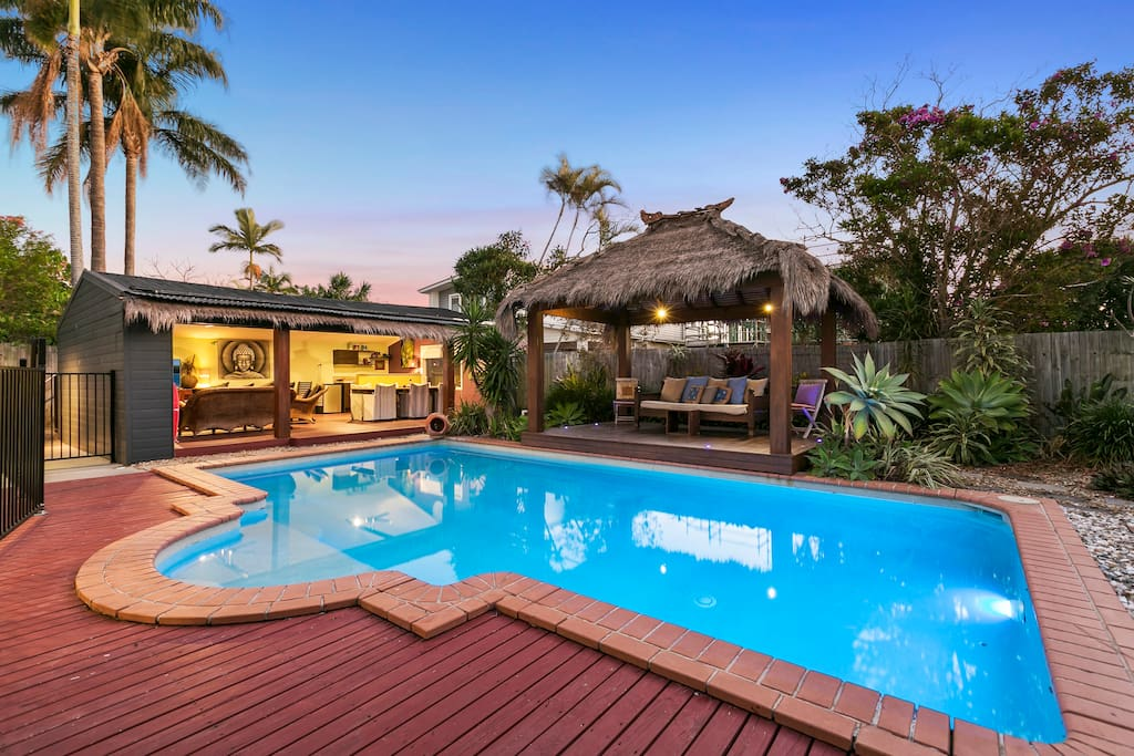Oasis at burleigh beach heated pool wifi beach houses for Pool show on foxtel