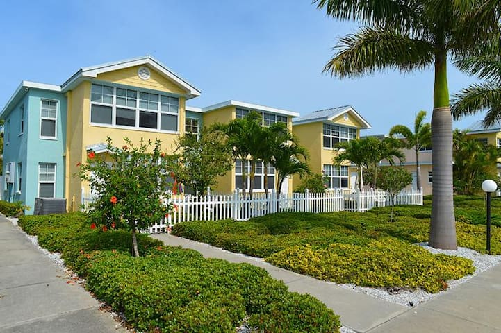 COMFY 1BR APT! SECONDS TO BEACH, POOL, BBQ