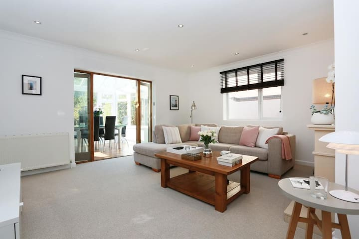 BOURNECOAST:  LARGE FAMILY HOME WITH GARDEN-HB6252