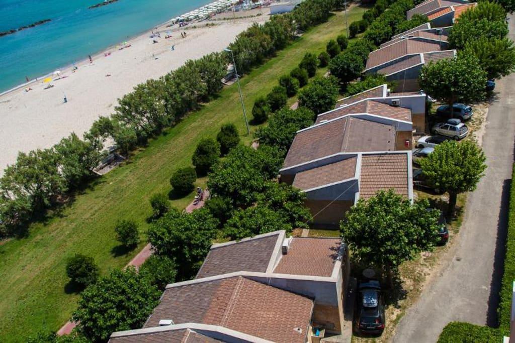 Panoramica dall'alto dall'edifi-cio dell'apparta-mento sito al piano terra