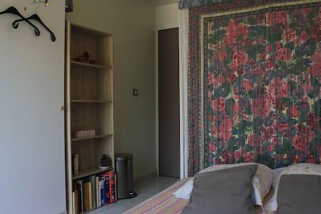 Chambre calme dans villa, entrée et douche privées