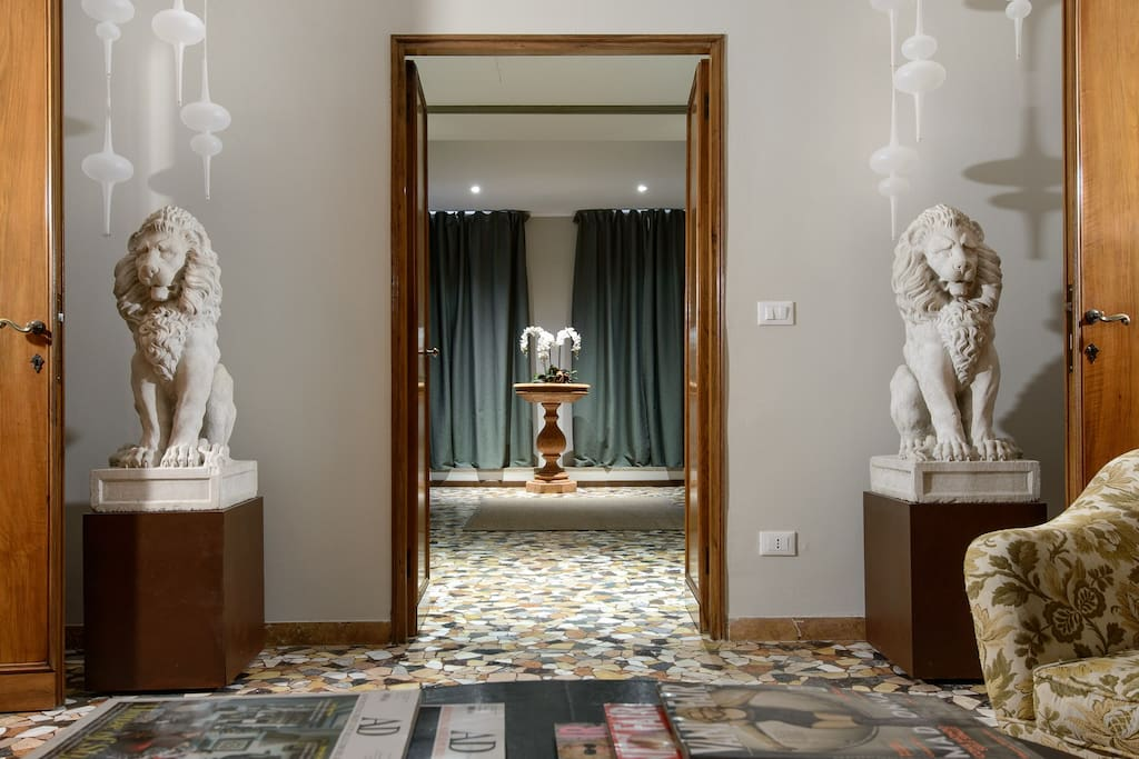 entrance on the living room with eighteenth century venetian lions and modern Murano hand made lamps.