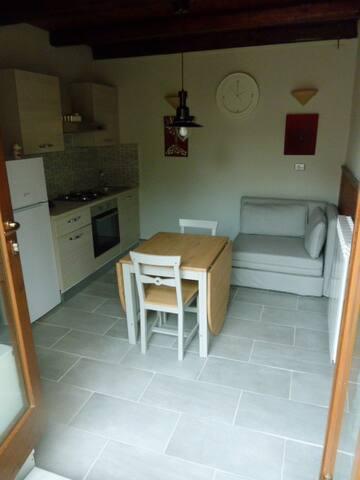 leefruimte met volledig ingerichte keuken en zetel bed