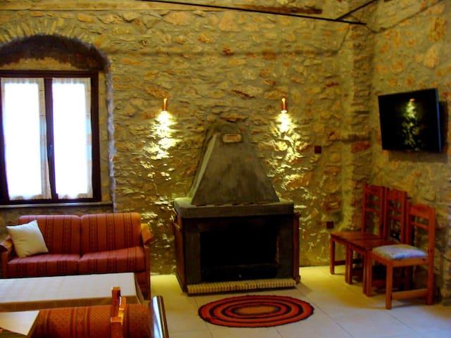 Παραδοσιακό ευρύχωρο πέτρινο σπίτι στο Πυργί.
