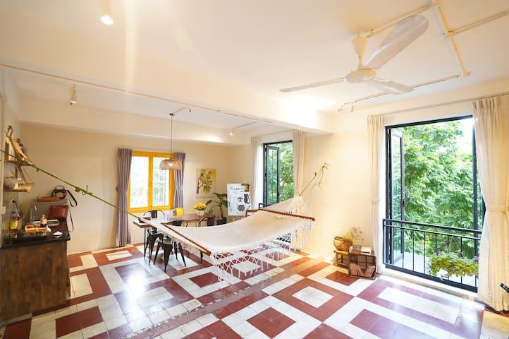 - The living room and kitchen are connected to create a larger space for the house Two balconies with trees provide natural light and fresh breeze  - Phòng khách và bếp thông nhau Ban công cây xanh nhiều ánh sáng và không khí trong lành.