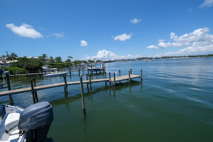 HIBISCUS HIDEAWAY BAY FRONT CONDO WITH BOAT SLIP