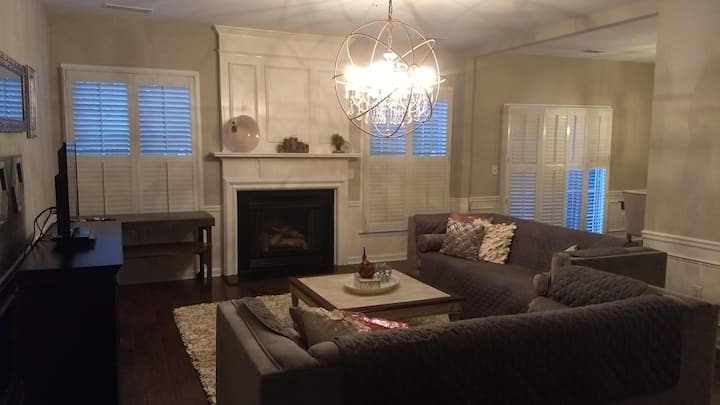 Queen Suite & Private Bath near Downtown Woodstock