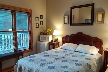 Quiet room on a small wetland, dog friendly - Lino Lakes