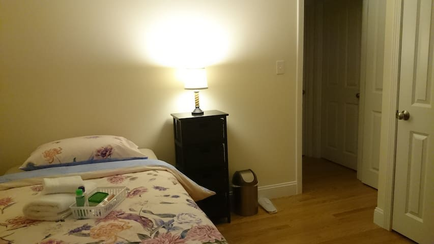 The Voyager Modern Room | 25 min drive to Boston |