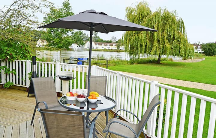 The Turret - a pet-friendly lakeside retreat in the Cotswold Water Park