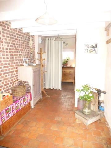 L'entrée dessert l'accès à la kitchenette, toilettes, salle de bain et l'accès à la chambre en étage