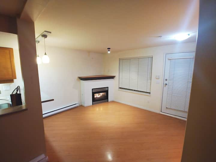 Kits Ground Lvl Condo-Clean and Private(30 days+)!