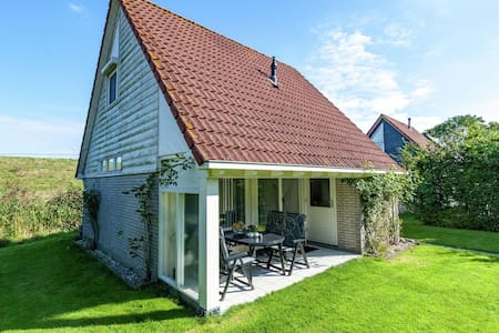 Superb detached house with spacious garden near the Lauwersmeer and wifi.